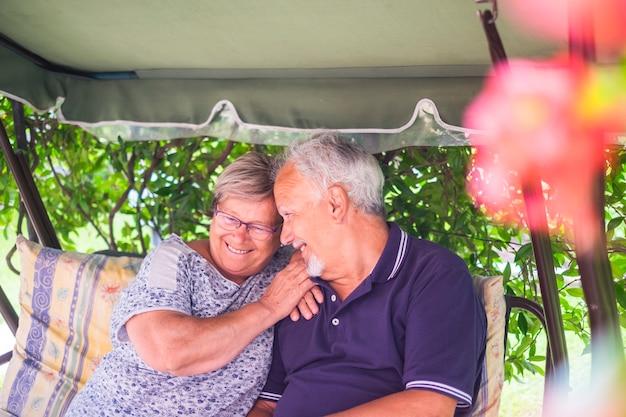 야외에 앉아 행복 한 노인 부부