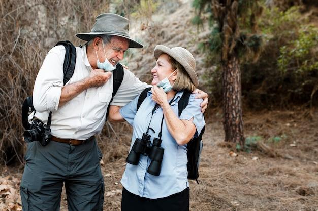 Счастливая старшая пара путешествует во время новой нормальной жизни