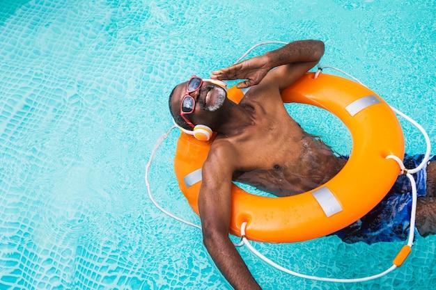 수영장에서 파티를 하는 행복한 노인