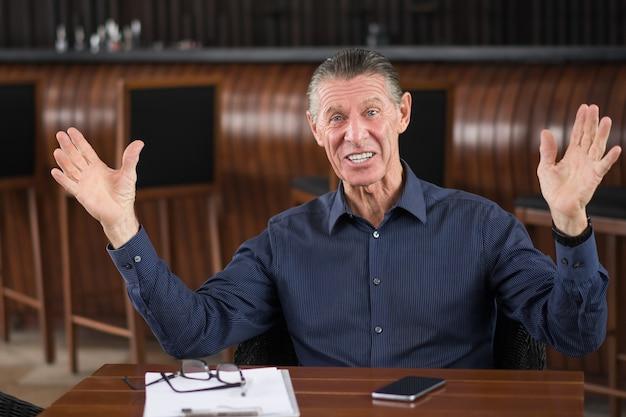 카페에서 떨어져 손으로 앉아 행복 한 수석 사람