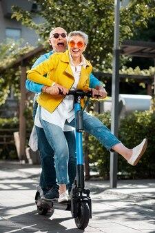 Счастливые старшие люди дурачатся