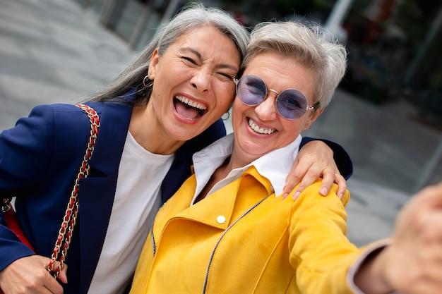 Anziani felici che scherzano