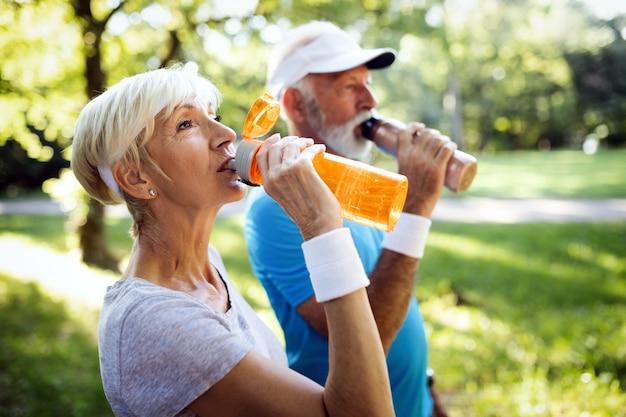 Счастливые пожилые люди бегут, чтобы сохранить здоровье и похудеть