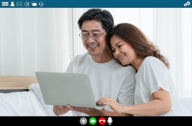自宅でインターネットビデオ通話で話している幸せな高齢者