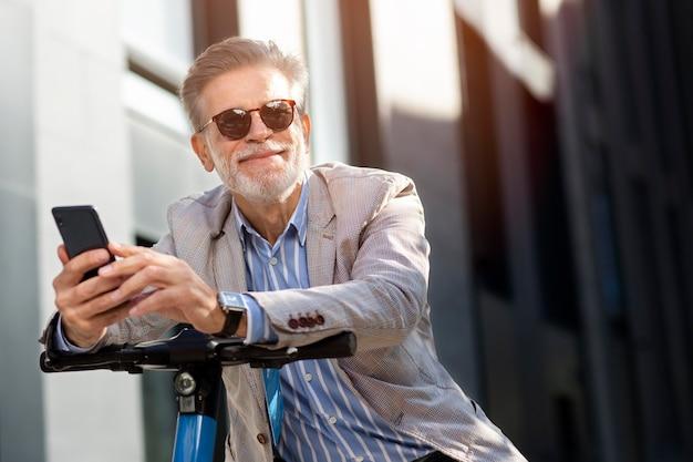 Счастливый старший человек дурачиться