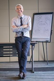 Happy senior speaker con lavagna e diagramma