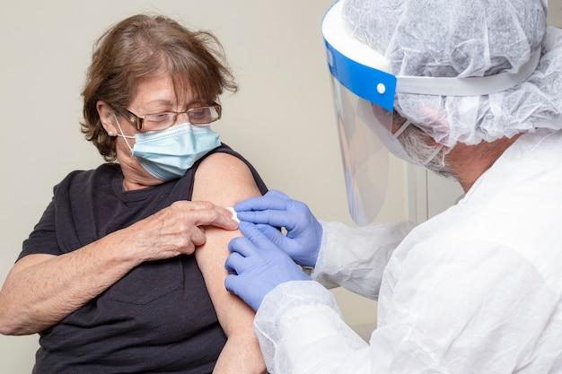 백신을받은 후 행복 한 고위 여자