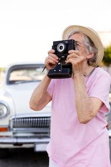 여행하는 동안 카메라를 들고 행복 수석 여자