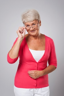 眼鏡をかけて幸せな年配の女性