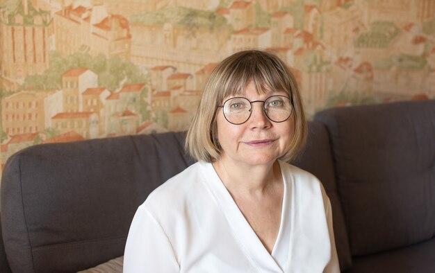 寝室の彼女の家で幸せな年配の女性高齢者の日人間のメンタルヘルスの概念