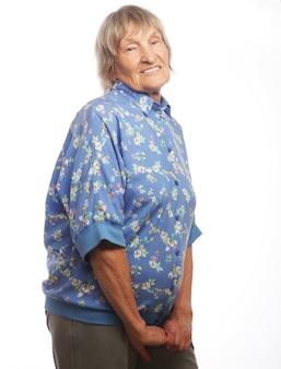 Счастливая старшая женщина, изолированная на белом