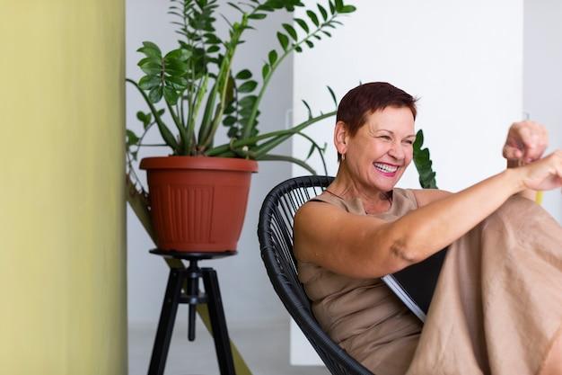Счастливая старшая смеясь над женщина