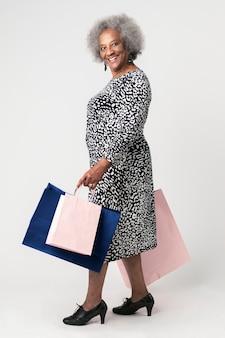買い物天国で幸せな年配の女性