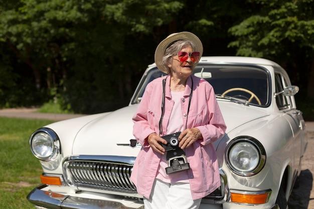 Felice donna anziana che viaggia da sola in auto