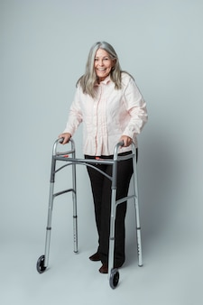 ジマーフレームを使用して幸せな年配の女性
