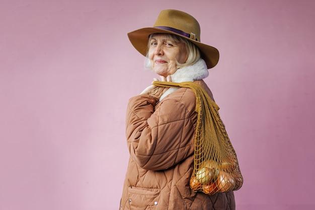 양파 가방과 함께 행복 한 고위 여자