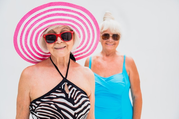 수영장에서 파티를 하는 행복한 노인들 - 수영장 파티에서 휴식을 취하는 노인들