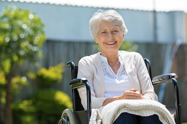 휠체어에 행복 한 고위 여자