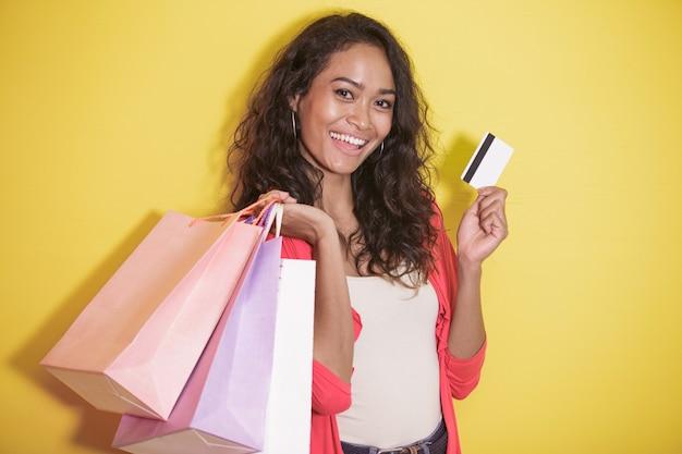 Счастливый шопоголик с корзиной для покупок и кредитной картой
