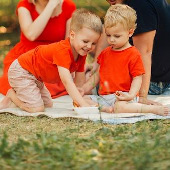 外で遊ぶ幸せな兄弟