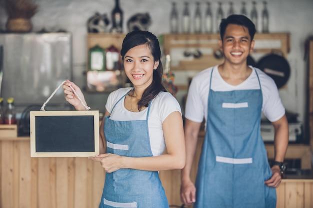 彼女のカフェを開く準備ができて幸せな中小企業のオーナー