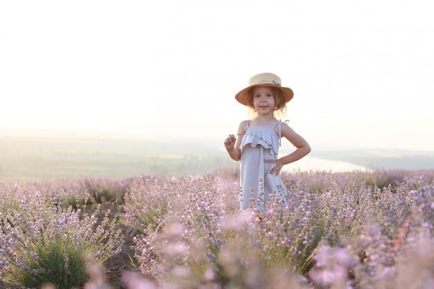 ラベンダー畑で幸せな小さな女の子