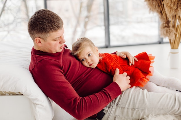아빠와 함께 달콤한 순간을 즐기는 행복 한 작은 아이 소녀