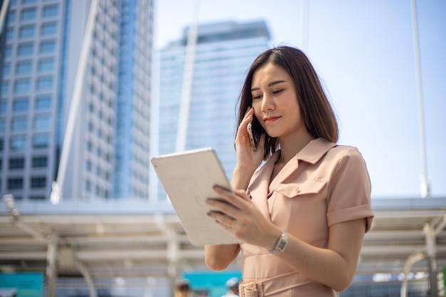 도시에서 스마트 폰을 사용하여 행복 스마트 사업가.