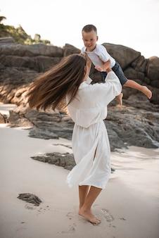 Европейская семья счастливая улыбка отдыхает и работает на пляже с белым песком.