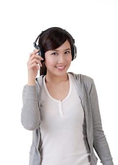 헤드폰, 흰색 배경에 음악 개념 초상화와 함께 행복 하 게 웃는 아시아 소녀.