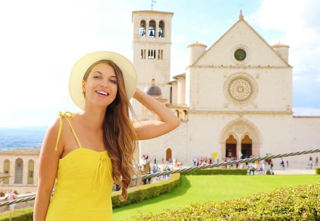 イタリア、アッシジの幸せな笑顔の美しい少女