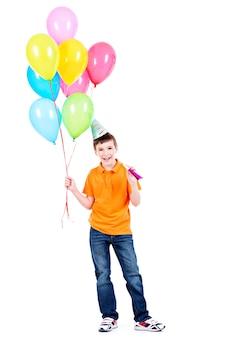 カラフルな風船を保持しているオレンジ色のtシャツの幸せな笑顔の少年-白で隔離