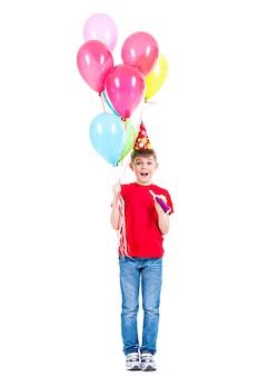 カラフルな風船を保持している赤いtシャツの幸せな笑顔の少年-白で隔離