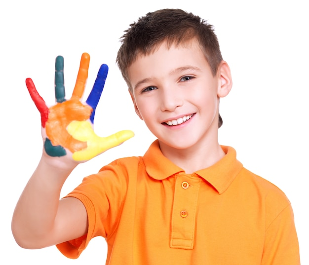 塗られた手で幸せな笑顔の少年-白で隔離。