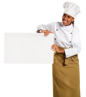 Счастливый улыбающийся бразильский шеф-повар, изолированные на белом пространстве, держа красивую текстурированную доску для рекламы.