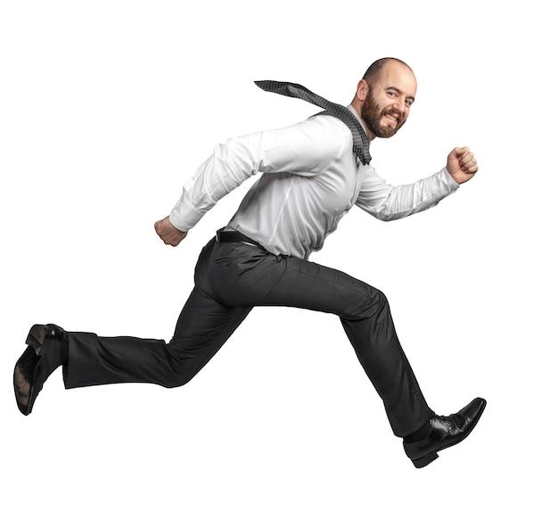 Счастливый улыбающийся деловой человек прыгает на белом
