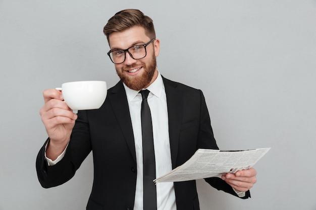 Счастливый улыбающийся бизнесмен в костюме и очках