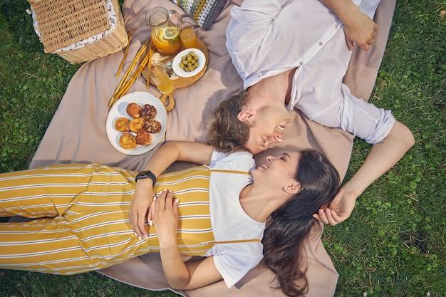 아름다운 햇살 하루에 서로 시간을 즐기는 행복 한 미소 커플