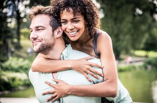 Счастливые улыбающиеся пары в центральном парке. наслаждаться временем на носовом мосту
