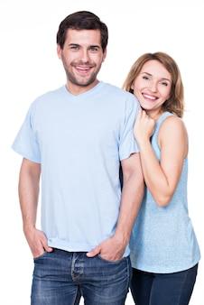 カメラを見て一緒に立っている幸せな笑顔のカップル-孤立