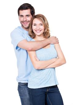 Coppie sorridenti felici che stanno insieme che esaminano macchina fotografica - isolata