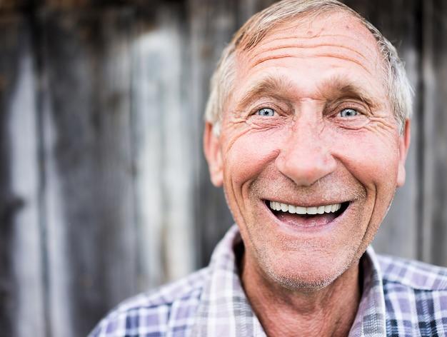 행복 하 게 웃는 노인 수석 남자 초상화