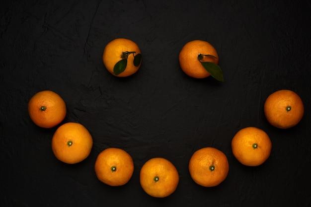 幸せな笑顔の新鮮な果物の顔