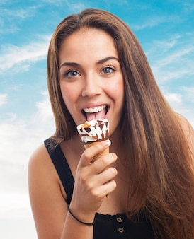 Felice ragazza sorridente crema lecca di ghiaccio