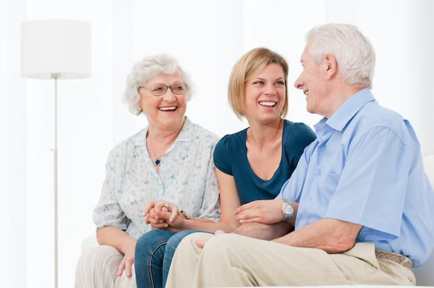 Счастливая улыбающаяся внучка наслаждается временем с бабушкой и дедушкой дома