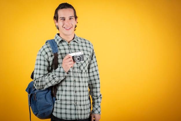幸せな笑顔のハンサムな若い男、白人、カメラとバックパック、デジタル遊牧民、旅行者、。