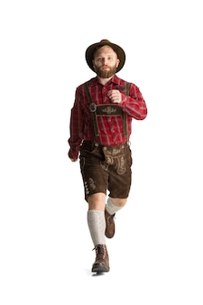 축제 음식과 함께 전통적인 바이에른 의상을 입은 행복한 웃는 남자. 축 하, 옥토버 페스트, 축제 개념입니다. 광고 공간 복사