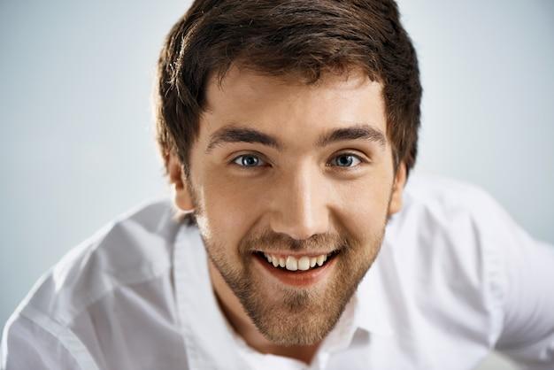 Sguardo sorridente felice dell'uomo