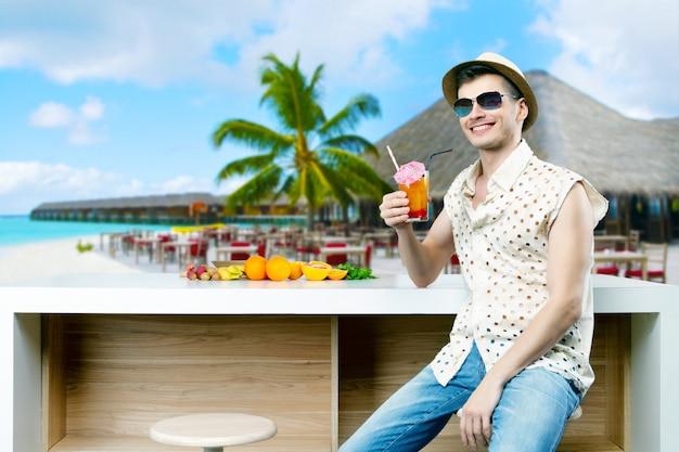 サングラスと夏休みの幸せな笑みを浮かべて男男性