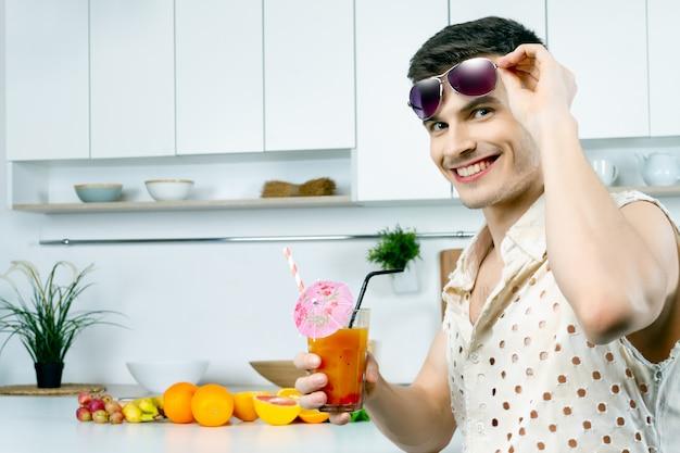 サングラスをかけた幸せな笑みを浮かべて男男性